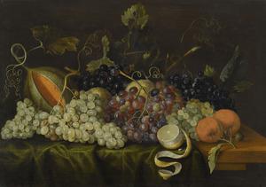 Vruchtenstilleven op een deels gedekte tafel