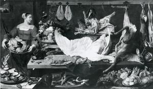 Voorraadkamer met een dienstmeid die een schaal met gevogelte vasthoudt en een tafel met jachtbuit, vis, groente en fruit