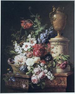 Stilleven met bloemen in een mand