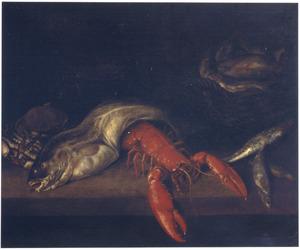 Vissen en een roodgekookte kreeft op een tafel