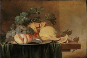 Stilleven met een tinnen bord met perziken, druiven, een broodje en een citroen