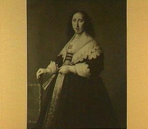 Portret van een vrouw, staande naast een stoel met een waaier in de hand
