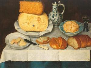 Stilleven met kaas, boter, wijn en diverse soorten brood uitgestald op een wit servet op een tafel