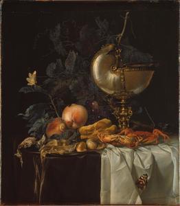 Stilleven met nautilusbeker, vruchten, krab en insekten op een tafel met donker kleed en wit servet