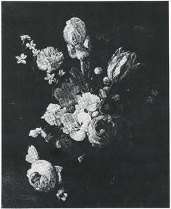 Bloemen in een glazen vaas, met een provenceroos, op een stenen plint