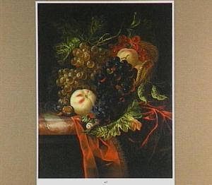 Vruchten in een mand op een marmeren blad met een rood kleed