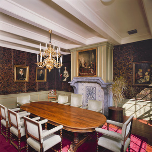 Kamer met goudleerbehang en schoorsteen uit de 18de eeuw en een 19de-eeuwse schoorsteenstuk