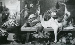 Een marktkraam met wild en een jongeman die een emmer vis leeggooit in een bak