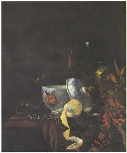Stilleven met porseleinen dekselpot, glaswerk en vruchten