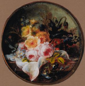 Bloemen op een deels met een wit doek bedekte plint