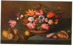 Bloemen in een mand, vruchten, schelpen en een hagedis op een stenen plint