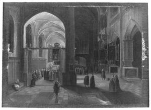 Kerkinterieur van een gothische kathedraal bij nacht met een mis in een zijkapel