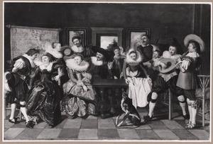 Elegant gezelschap  in een interieur, met een dienstmeid die de tafel dekt