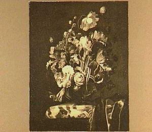 Bloemen in een glazen bokaal op een marmeren tafel met een donker kleed met franje
