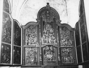 Christus in Gethsemane, de gevangenneming, de doornenkroning, Christus voor koning Herodus, Christus voor Pilatus (binnenzijde linkerluik); Ecce homo, de kruisafneming, de geseling, de kruisdraging, de kruisiging, de doornenkroning (middendeel); Christus in limo, de uitstorting van de heilige Geest, de tenhemelopneming, Christus verschijnt aan Maria (binnenzijde rechterluik)