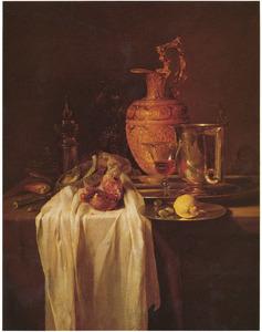 Stilleven met vergulde schenkkan, vaatwerk en granaatappel