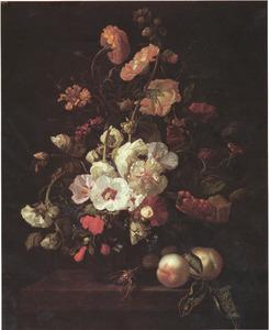 Bloemen in een glazen vaas, met insecten en perziken, op een marmeren tafel