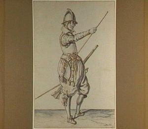 Soldaat met geweer, zijn laadstok hanterend