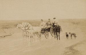 Twee soldaten in paard en wagen controleren een jager te paard