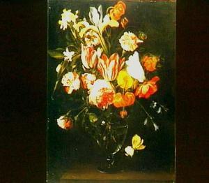 Bloemen in een glazen vaas met een citroenvlinder