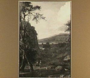 Heuvelachtig landschap met wandelaars; in de voorgrond een riviertje