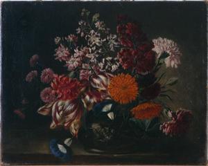 Bloemen in een vaas met anjers, dagschone en tulpen