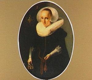 Portret van een vrouw met een grote vleugelmuts en een opstaande plooikraag
