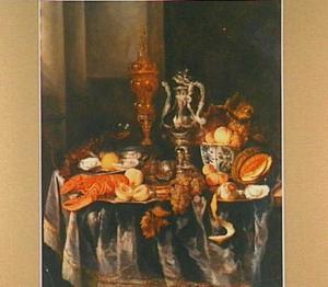 Pronkstilleven met kreeft en akelei-beker, siervaatwerk, vruchten op een donker tafelkleed