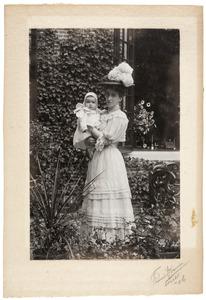 Portret van Joanna Margaretha Elisabeth van de Poll (1872-1970) en Paulina Joanna Margaretha Elisabeth Schuurbeque Boeye (1906-1985)