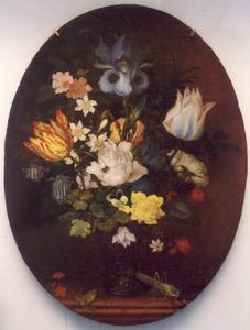 Stilleven van bloemen in een roemer, met links daarvan een hagedis en rechts een sprinkhaan