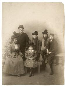 Portret van een gezin, mogelijk Frederik Bernhard van Ditmar (?-?), Resina Maria Malis (?-?) en hun kinderen