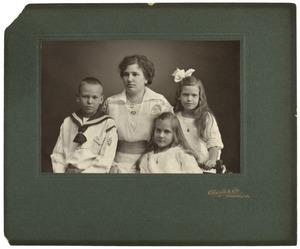 Portret van mevrouw v.d.  Vlugt en haar kinderen