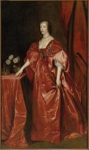 Portret van koningin Henrietta Maria van Engeland in een rood zijden gewaad, staande ten voeten uit naast een tafel met daarop haar kroon