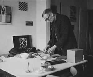 Portret van Jan Schoonhoven in zijn huis