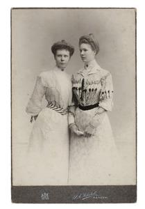 Portret van Marie Adolphine Ernestine Godin de Pesters (1882-1953) en Gabriëlle Jeannette Josine Godin de Pesters (1881-1953)