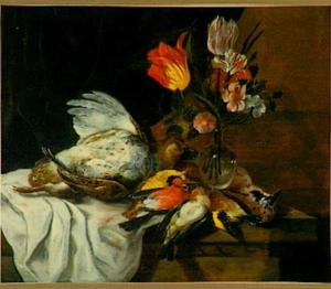 Stilleven van een patrijs, een vaasje met bloemen en een aantal zangvogels op een stenen plint