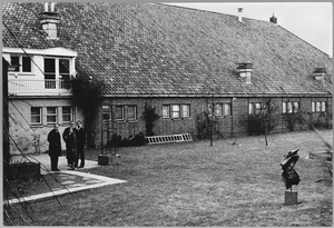 Franck Gribling, Theo Niermeyer, R.W.D. Oxenaar en een onbekende vrouw op een opening van een tentoonstelling van werk van Waalkens in Finsterwolde op 6 maart 1965
