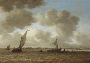 Riviergezicht met vissersboten bij een landtong