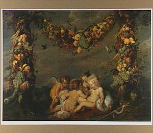 Guirlande van vruchten tussen twee bomen waaronder Christus en Johannes de Doper als kinderen spelen