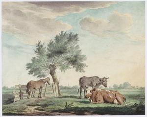 Landschap met twee koeien en een paard bij een boom