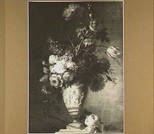 Bloemstilleven in een vaas met putti