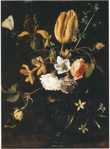 Rozen en andere bloemen in een glazen vaas, met vlinders, op een tafel