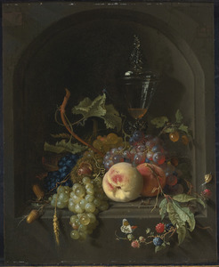 Stilleven van vruchten, insecten en dekselglas in een stenen nis