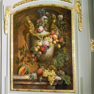 Nis met vaas met beeldhouwwerk, bloem-en vruchtenslingers
