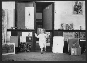 Luceberts jongste dochter Maja in zijn atelier, Boendemakershof, Bergen c. 1958