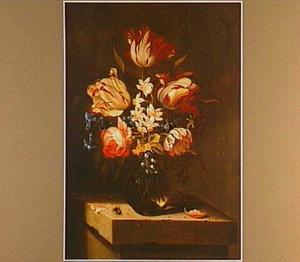 Bloemen in een vaas op een stenen console