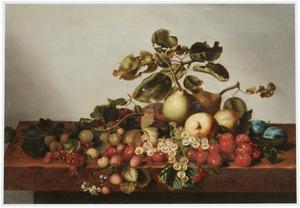 Stilleven van vruchten op een houten tafel