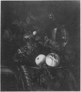 Vruchtenstilleven met perziken en een roemer