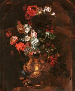 Vaas met bloemen in een nis
