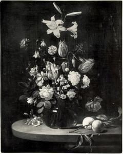 Bloemen in een glazen vaas, met twee perziken op een stenen tafel